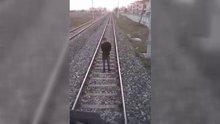 Rayların üzerine oturdu, intihardan makinist vazgeçirdi
