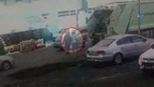 Artvin'de çöp kamyonunun şoförü yanından geçen anne ile kızını böyle ezdi