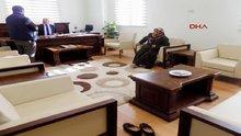 Vali yardımcısının odasında 'halı kirlenmesin' diye ayakkılarını çıkardı