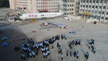 Öğrencilerin okul bahçesindeki yolcu uçağı sevinci