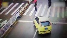 Trafikteki yayaya saygı duyan sürücü