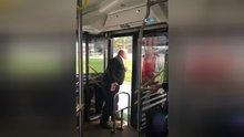 Şoförün yolcuyu otobüsten zorla indirdiği anlar kamerada