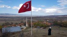 Köyü için diktiği 7 metrelik bayrağı göndere tek başına çekti