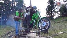 Motosiklet ile odun kesen çılgın adam!