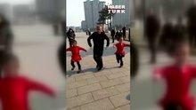 Torunlarıyla sokakta dans eden enerji dolu dede!