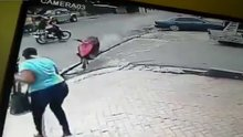 Kontrolden çıkan motosiklet kadını teğet geçti