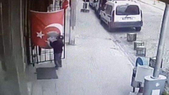 İşte Türk bayrağını öpen öğrenci...