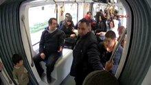 Tramvay yolcuları, farkındalık deneyinde çocuklara sahip çıktı