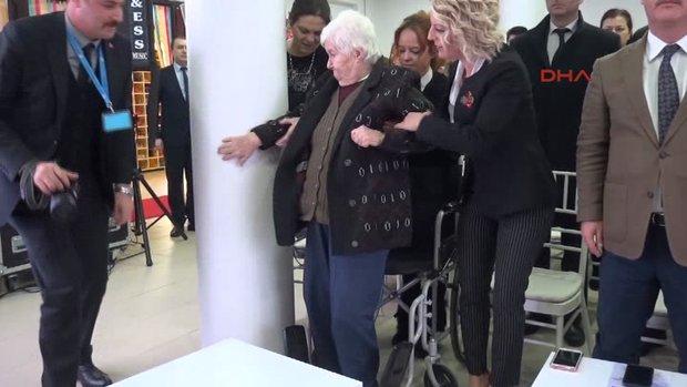 Saygı duruşunda tekerlekli sandalyesinde oturamadı