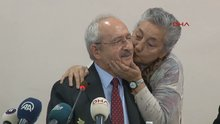 Soru soran vatandaş sahneye gelerek kılıçdaroğlu'nu yanağından öptü