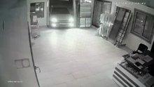 Düzce'de otomobil işyerine girdi