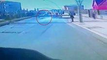 Yolun karşına geçmeye çalışan yaşlı kadına otomobil böyle çarptı
