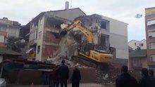 İş makinesi yanlış binayı yıkmaya başlayınca binadakiler şaşkına döndü