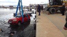 Otomobil çarptığı tekneyle suya gömüldü