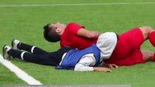 Nefes alamayan futbolcuya yardım eden top toplayıcı çocuk