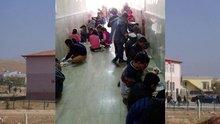 Öğrenciler öğle yemeklerini okul koridorunda yedi!