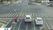 Yasa dışı yol çizgisi çeken Çinli sürücülerin kafasını karıştırdı!