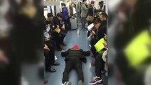 Metroda koltuk kapmak için rol yapan Çinli
