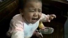 Ağlayan bebeğin parayı görünce birden susması