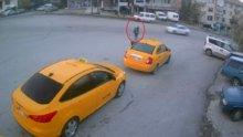Alkollü kadın park halindeki taksiyi böyle kaçırdı