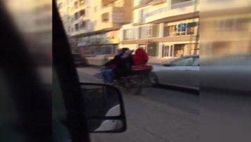 Motosiklet sırtında giden bir aile görenleri şaşırttı