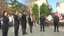 Polisler İstiklal Marşı'nı işaret diliyle okudu