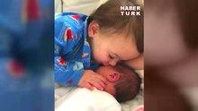 Yeni doğan kardeşini sevmelere doyaman çocuk