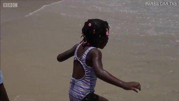 Hayatlarında ilk kez deniz gören mülteci çocuklar