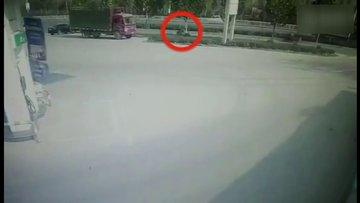 Şanslı motosiklet sürücüsü kamerada