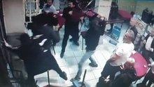 Kahvehaneye saldıran maskeli saldırganlara sandalyeli direniş kamerada