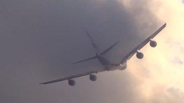 Uçağın bulutların arasından geçerken verdiği şekil