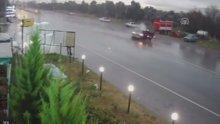 İzmir'deki trafik kazası güvenlik kamerasında