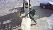Drift yaparken akaryakıt istasyonuna giren otomobil