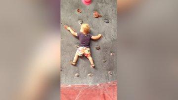 Oyuncak duvara korumasız tırmanan 1 yaşındaki bebek
