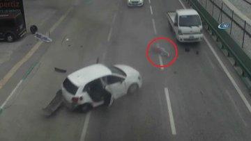Emniyet kemeri takmadı, otomobilden böyle fırladı