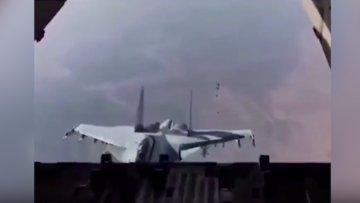 Kargo uçağına tehlikeli şekilde yaklaşıp selam veren jet pilotu