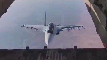Rus pilottan kargo uçağındaki askerlere özel gösteri