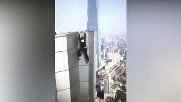 Yüksek binalarda riskli hareketler yapan Çinli böyle düştü