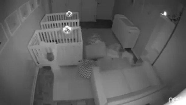 Ebeveynleri uyuduktan sonra eğlenceye dalan ikiz bebekler