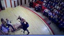 Tiyatro oyuncusuna sahnede dayak kamerada