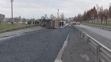 Çimento yüklü kamyon devrildi, yan yol trafiğe kapandı