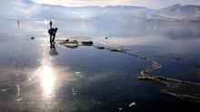 Buzla kaplanan Çıldır Gölü'ne balıkçılar ilk ağlarını attı