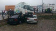Bursa'da bir kamyonet lise öğrencisi yayaların arasına daldı!