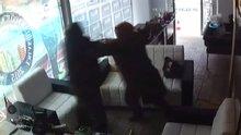 Falçatayla girdiği dükkanda dehşet saçan kadın kamerada