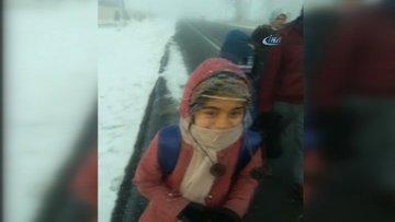 Ardahan'da çocukların okul yolunda saçları dondu