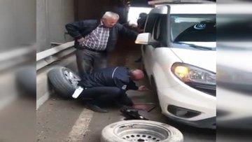 Polis yolda kalan vatandaşın lastiğini değiştirdi