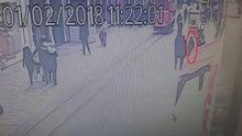 İstiklal Caddesi'nde turistin başına tahta düştü! O anlar kamerada