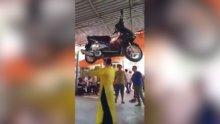Kafasında motosikletle böyle dans etti