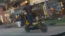 Ayakta motosiklet sürüp telefonla konuştu