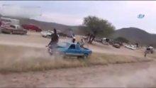 Meksika'da düzenlenen at yarışında hızını alamayan bir at otomobile çarptı